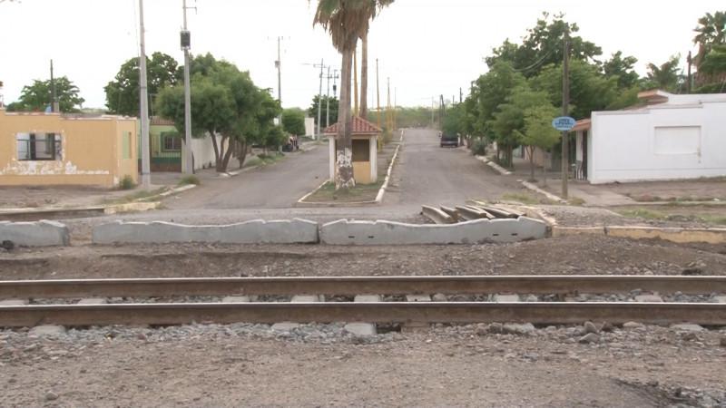 Vecinos demandan conclusión de reparación de vías del tren