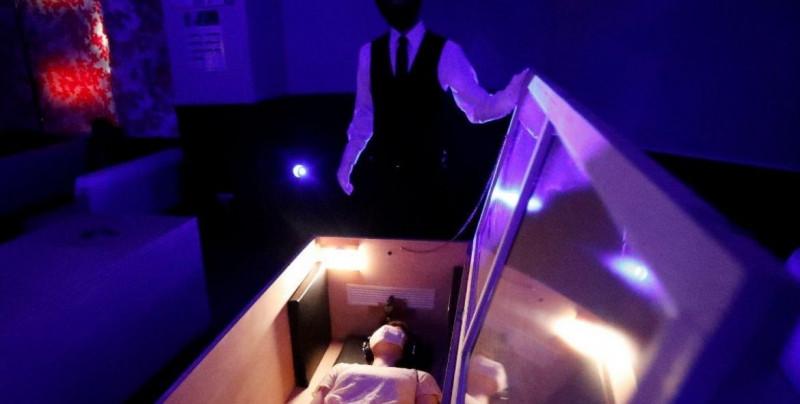 15 minutos viendo cadáveres dentro de un ataúd, la nueva tendencia japonesa para liberarse del estrés