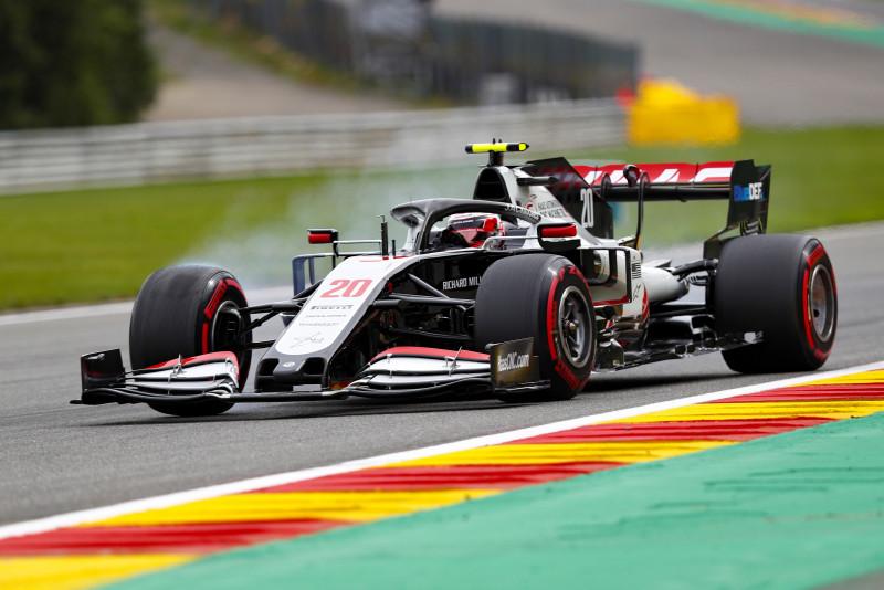 Verstappen líder en las pruebas, Checo es quinto