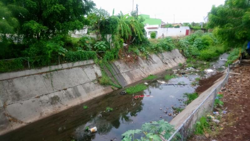 Arroyo con basura y agua estancada
