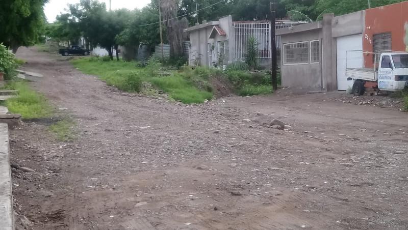 Calle Matías Rodríguez en mal estado y con basura