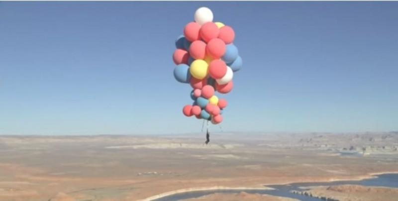 Vuela a 7,500 metros sobre el desierto atado de puros globos