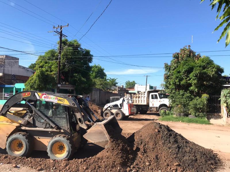 Ayuntamiento de Culiacán limpia y raspa calle
