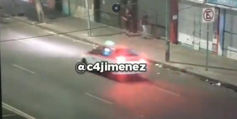 ¡Como en las películas! Mira como esta patrulla de la CDMX atropella a asaltante después de escapar de un robo