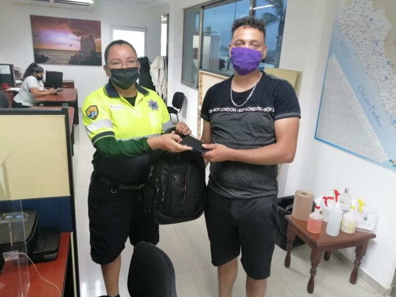 Policía turística encuentra mochila y la regresa a su dueño