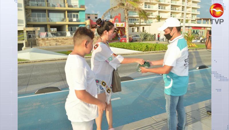 Entregan cubrebocas en el Malecón de Mazatlán