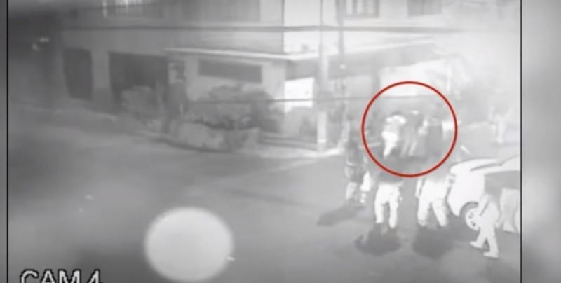 Difunden video de policías golpeando en grupo a enfermera del IMSS
