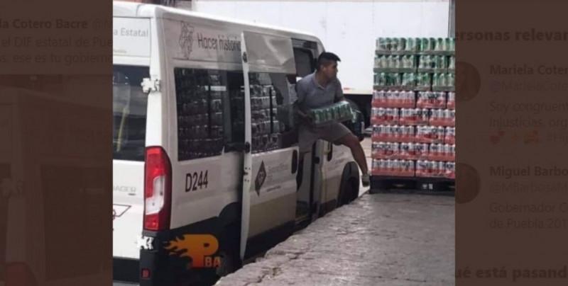 Exhiben camioneta del DIF usada para transportar cerveza