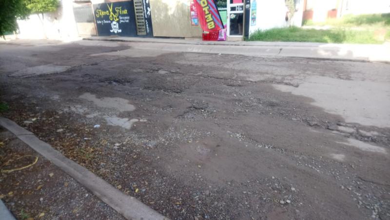 Calle República de Brasil con pavimento reventado