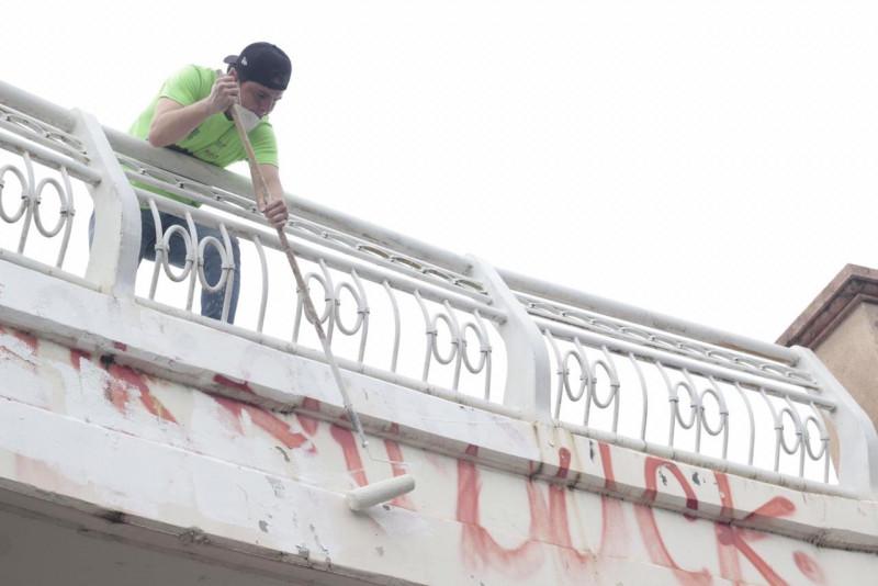 Jóvenes de Culiacán quitan graffiti de las calles de la ciudad