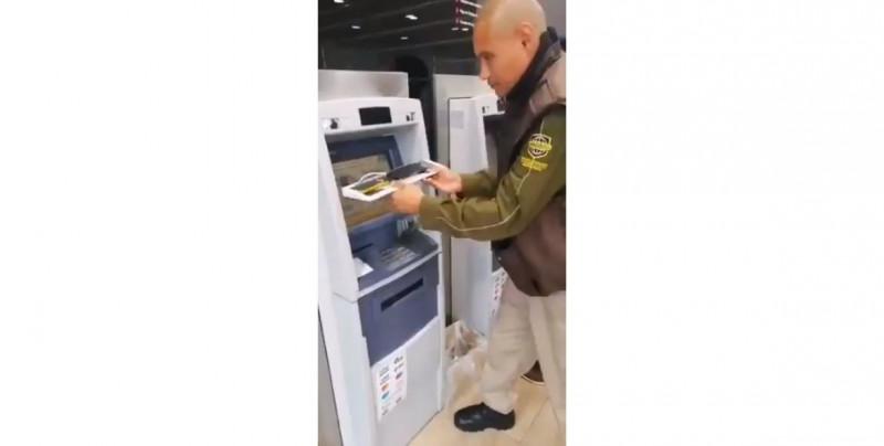 Video: Con celular escondido graban tu nip y número de cuenta en el cajero