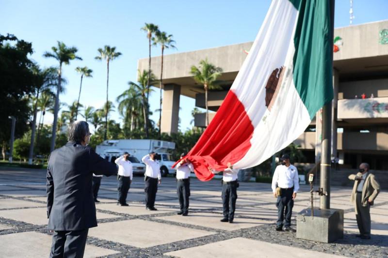 Izamiento a la bandera por 210 aniversario de la Independencia de México