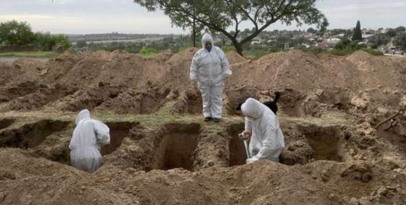 Por no usar cubrebocas, en Indonesia los castigan obligándolos a cavar tumbas