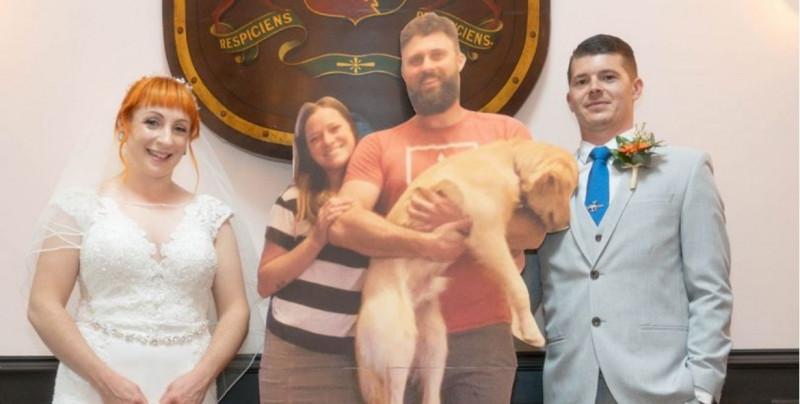 ¿Notas la diferencia? Los invitados de esta boda fueron fotografías en tamaño real de sus amigos