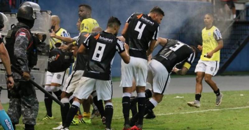 Policía ataca con gas pimienta a jugadores en Brasil para proteger a árbitros