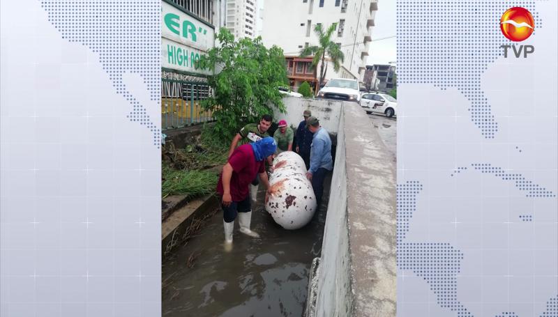 Sacan tanque de gas, escombros y tarimas de ductos y canales en Mazatlán