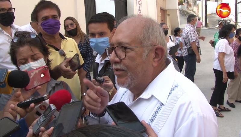 Alcalde de Mazatlán atiende sin cubrebocas