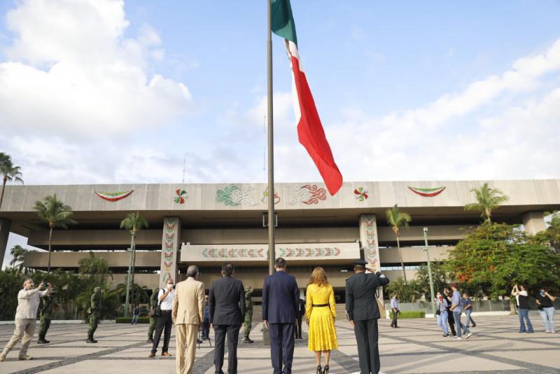 Izan bandera para conmemorar el 210 aniversario de la independencia de México