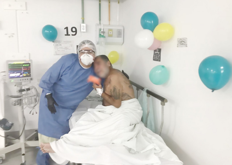 Carlos paciente de 55 años con tratamiento de COVID dejo el hospital en su cumpleaños