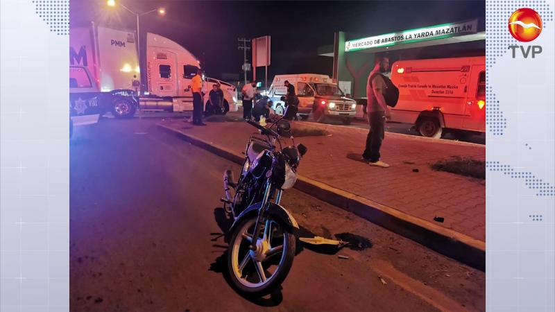 Embiste tráiler a dos motocilistas en Mazatlán