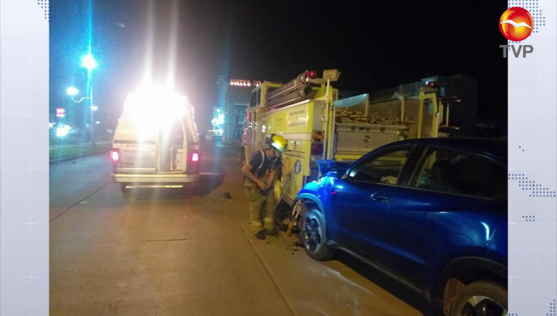Camioneta se impacta contra camión de bomberos estacionado