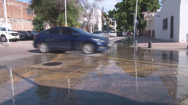 Fugas de drenaje por la calle Corona