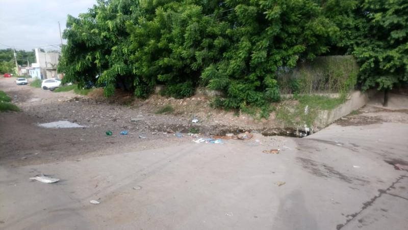 Arroyo en malas condiciones y montones de tierra sobre la calle Francisco Mujica