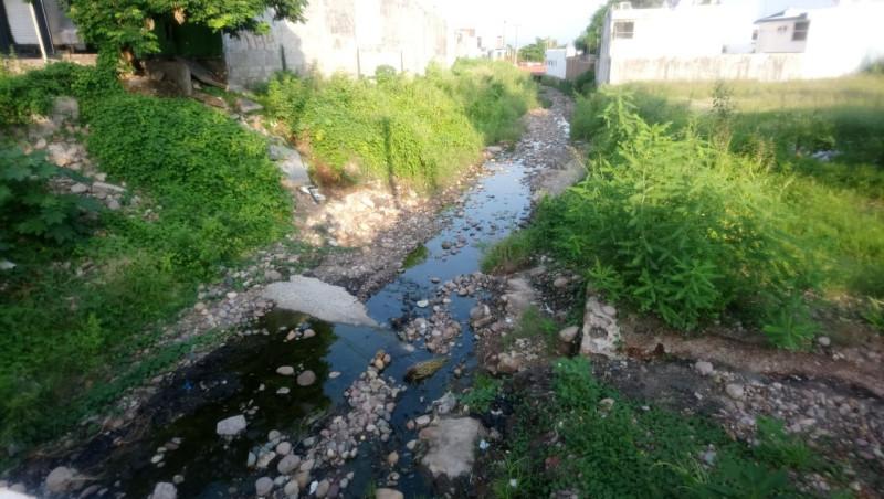 Arroyo lleno de basura y sin protecciones sobre la calle bahía de Topolobampo