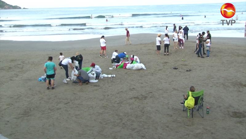 Comerciantes limpian la playa