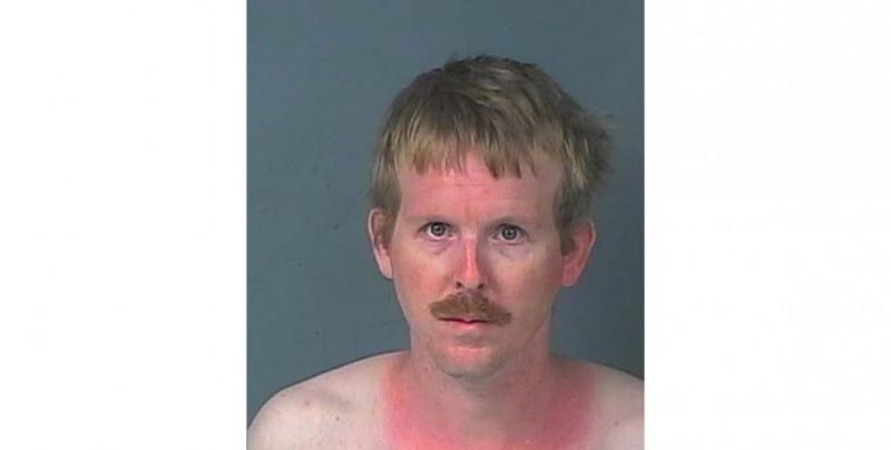 Vivió un mes en el armario de su novia de 16 y solo salía para ir a trabajar hasta que lo arrestó la policía