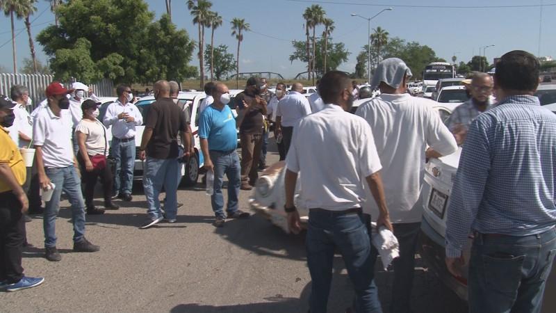 Taxistas se manifiestan en Culiacán, cierran vialidad frente al congreso
