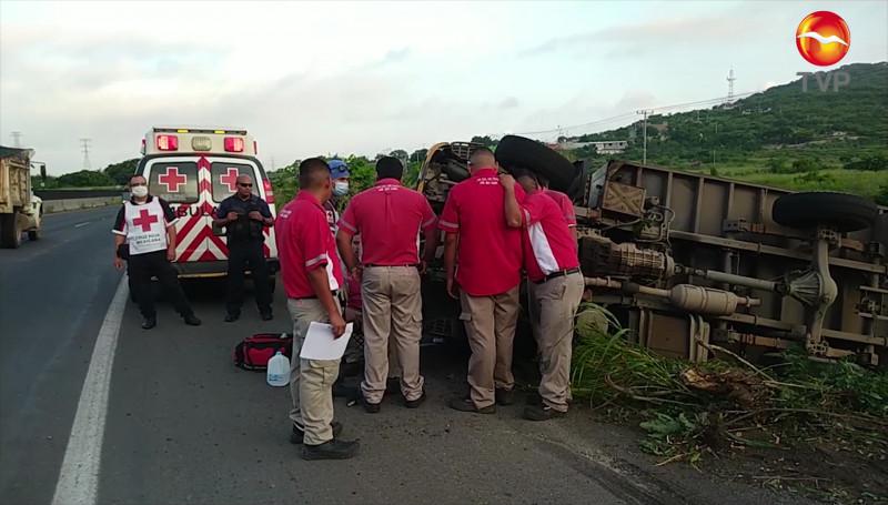 Camión repartidor de lácteos se volcó cerca de la Termoeléctrica en Mazatlán