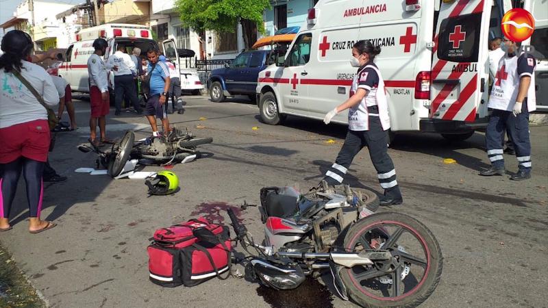 Se estrellan de frente dos motociclistas