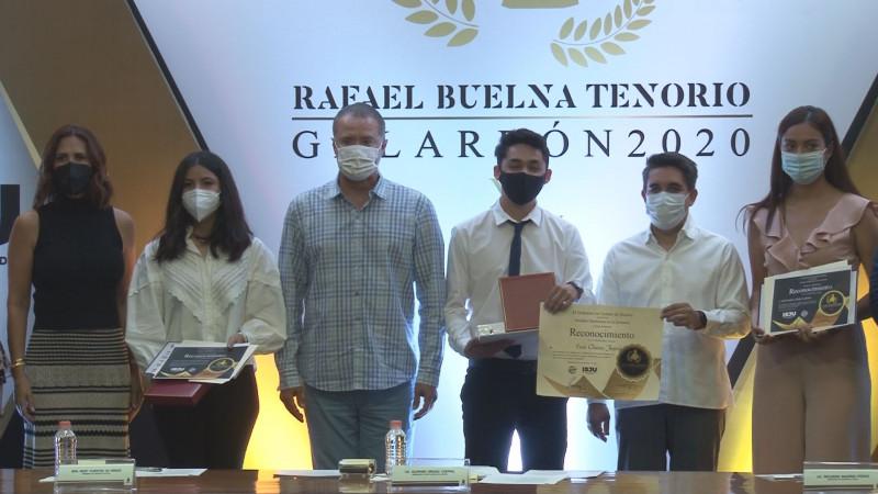 Entregan galardón Rafael Buelna Tenorio