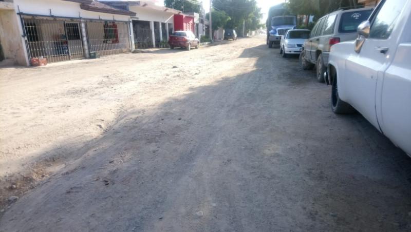 Sin banquetas la calle Arnulfo Rodríguez en Las Cucas