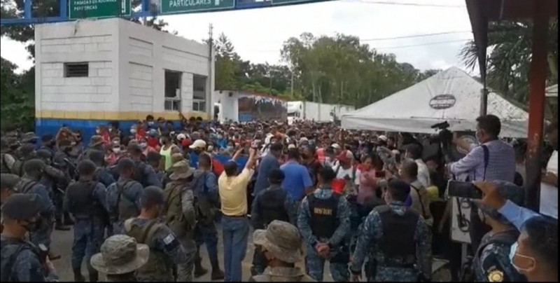 Tres mil migrantes hondureños inician nueva caravana y México anuncia 10 años de cárcel si entran sin medidas