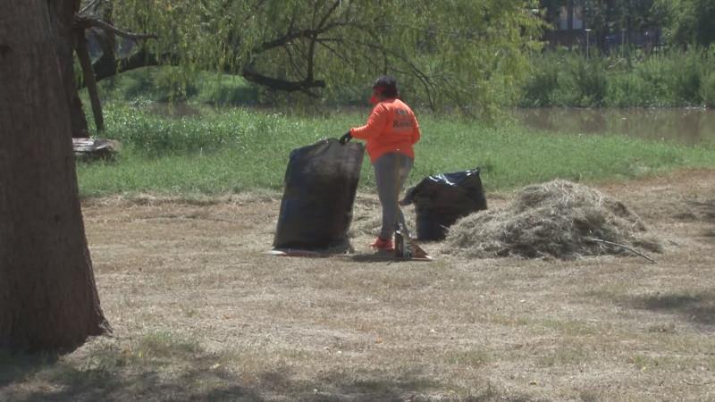 El parque las Riberas estaba olvidado por las brigadas de limpieza