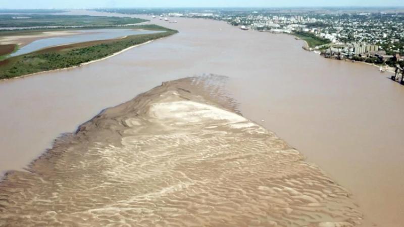 Río Paraguay se acerca a bajada histórica y descubren restos de un volcán