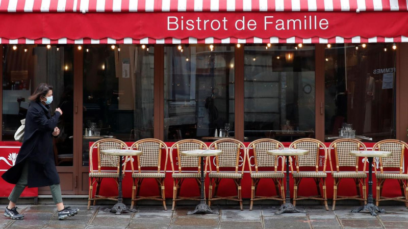 París cierra bares y limita restaurantes y facultades para frenar la pandemia
