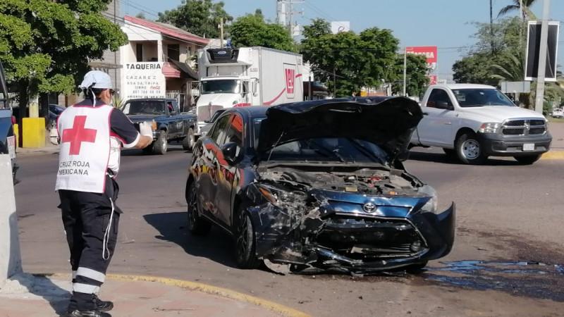 Personas armadas viajaban en automóvil robado chocan y huyen