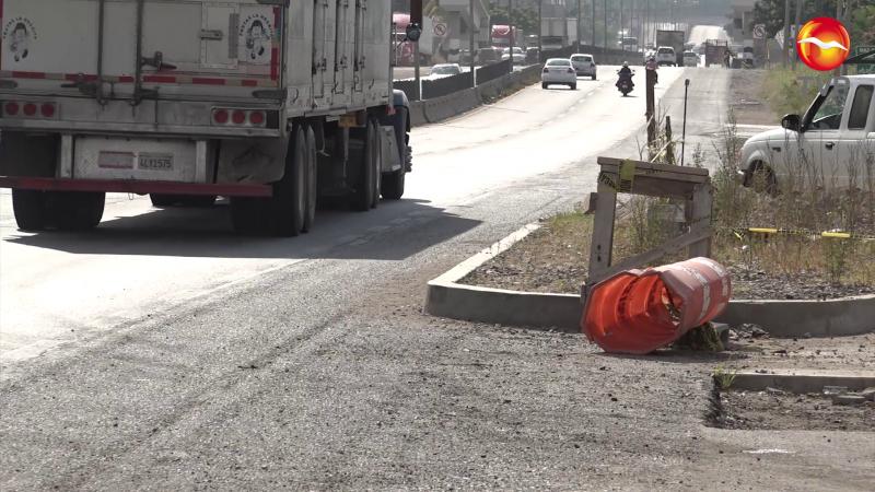 Construcción de gasolinera obstruye carretera