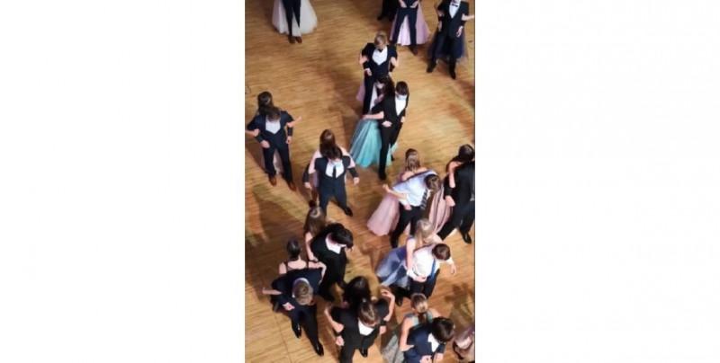 ¡Nueva normalidad! Estudiantes se gradúan bailando de espaldas