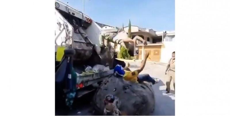 Video: recolectores de basura arman gran show de lucha libre  y hasta la Triple A los busca