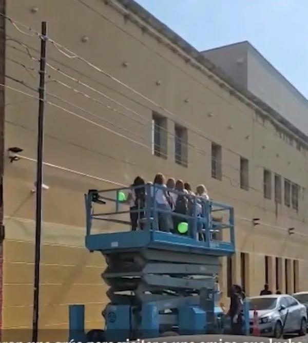 Mujeres rentan grúa para subir hasta la ventana del cuarto de su amiga hospitalizada
