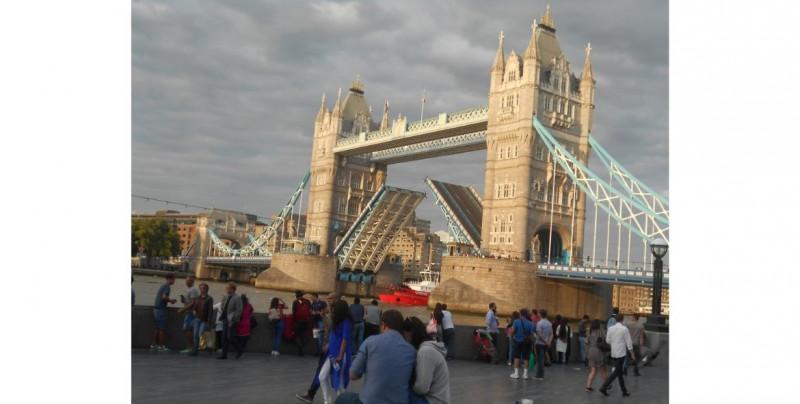Londres prohibirá reunirse bajo techo a personas de diferentes hogares por aumento de casos de Covid-19
