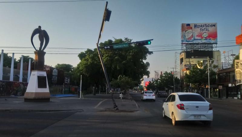 Dañada la infraestructura del semáforo sobre la avenida Álvaro obregón