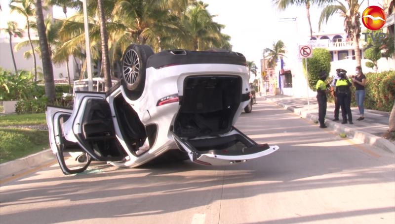 Vuelca Porsche Cayenne, una mujer sufrió lesiones leves