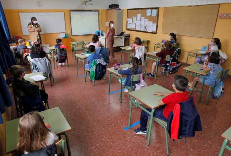 Abrir ventanas y pantallas entre mesas frenan COVID en aulas, según estudios