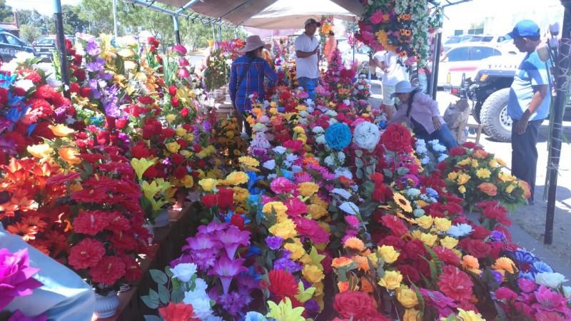 Deberán floristas también acatar medidas en panteones