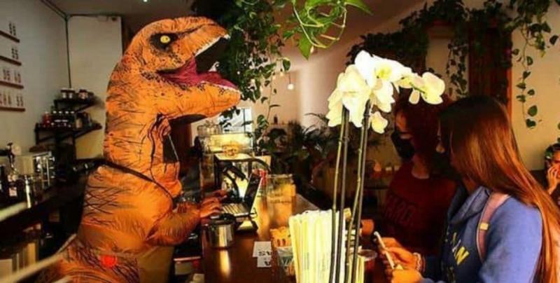 En esta cafetería te atiende un dinosaurio